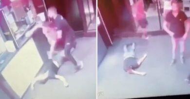 (VIDEO) Stravična scena pored kladionice u Novom Sadu: Mladiću slomio obje ruke dok je ležao u besvjesnom stanju