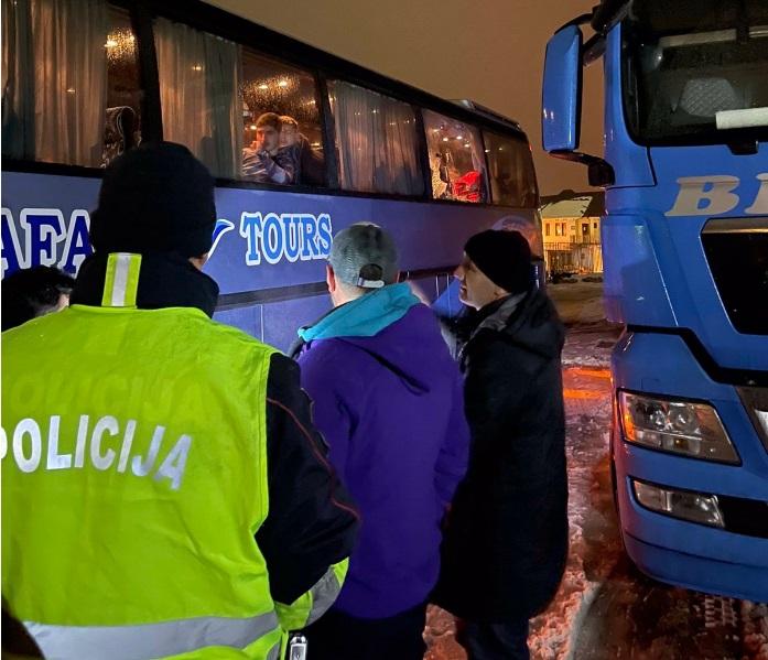 Kosovski autobus sa turistima kamenovan je večeras u Beranama