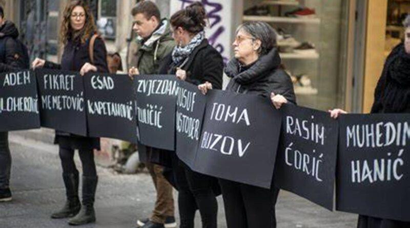Žene u crnom organizovale su stajanje u crnini i ćutanju povodom godišnjice zločina u Štrpcima