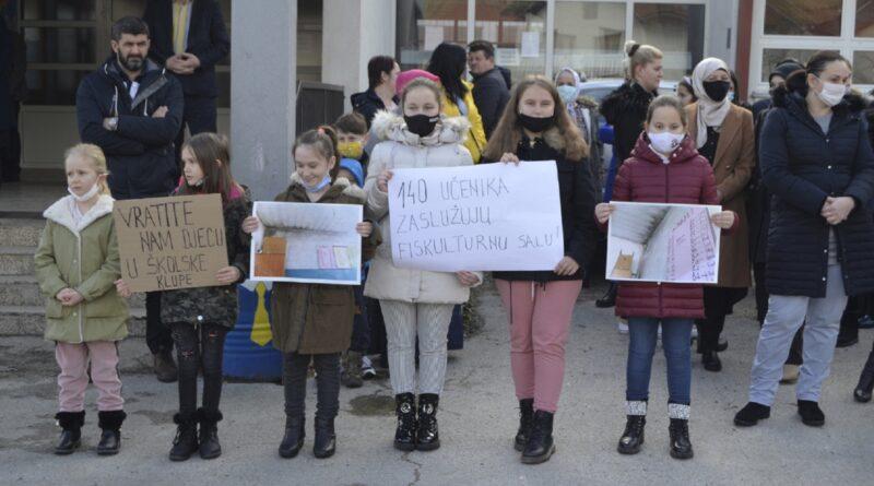Protest roditelja djece koja pohađaju područnu školu u Potočarima