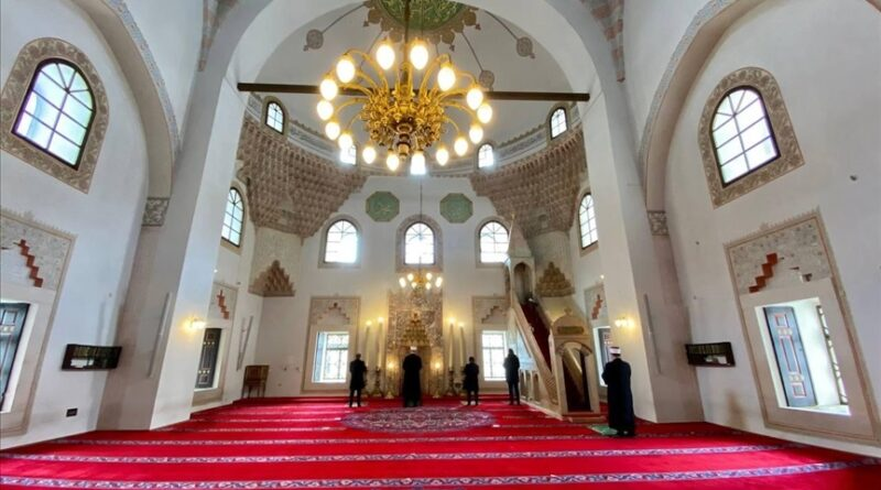 Džuma-namaz u praznoj Gazi Husrev-begovoj džamiji u Sarajevu