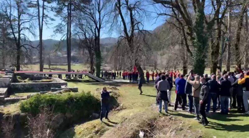 Crnogorskim Vladinim zvaničnicima na Cetinju demonstranti uzvikivali: izdajice, posrbice, četnici