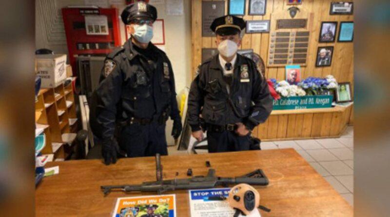 Policija na Tajms skveru uhvatila tinejdžera s kalašnjikovom
